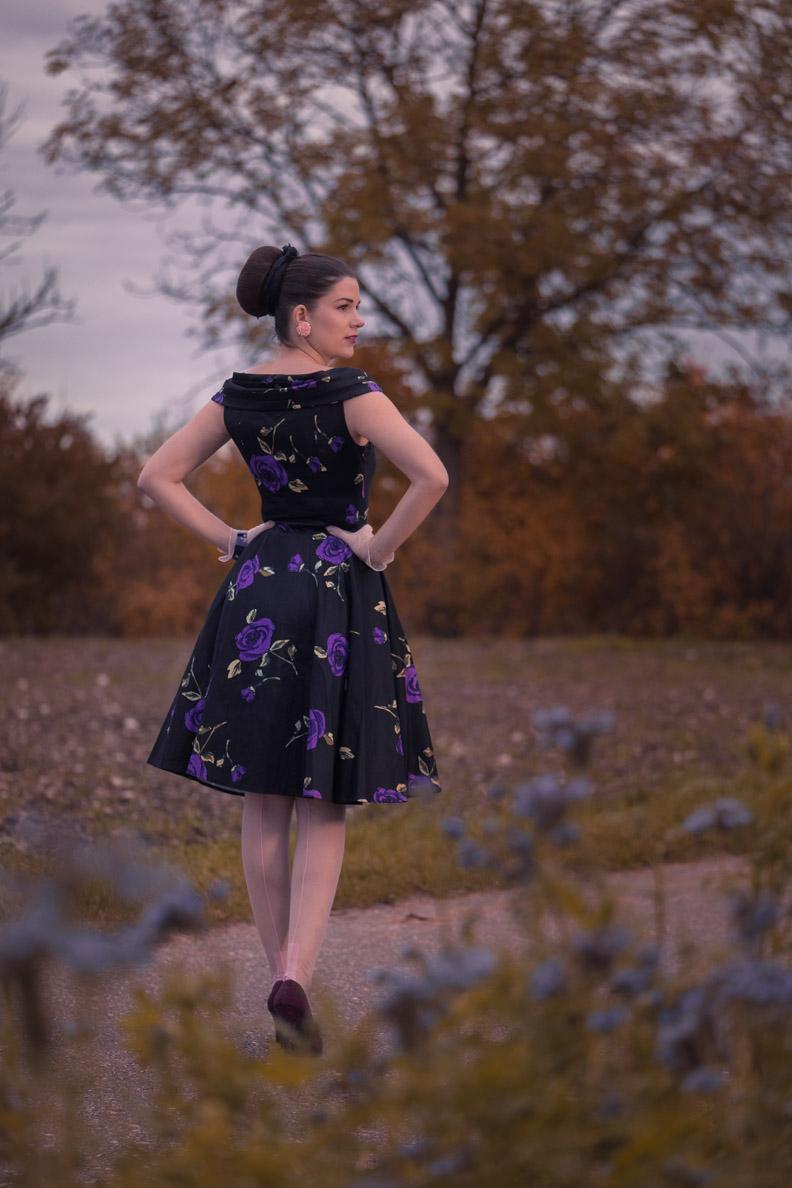 RetroCat mit einem Retro-Kleid von BlackButterfly und rosa Nahtstrümpfen