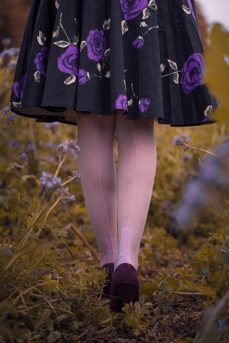 Vintage-Bloggerin RetroCat mit lila Pumps und rosa Nahtstrümpfen von Secrets in Lace Europe