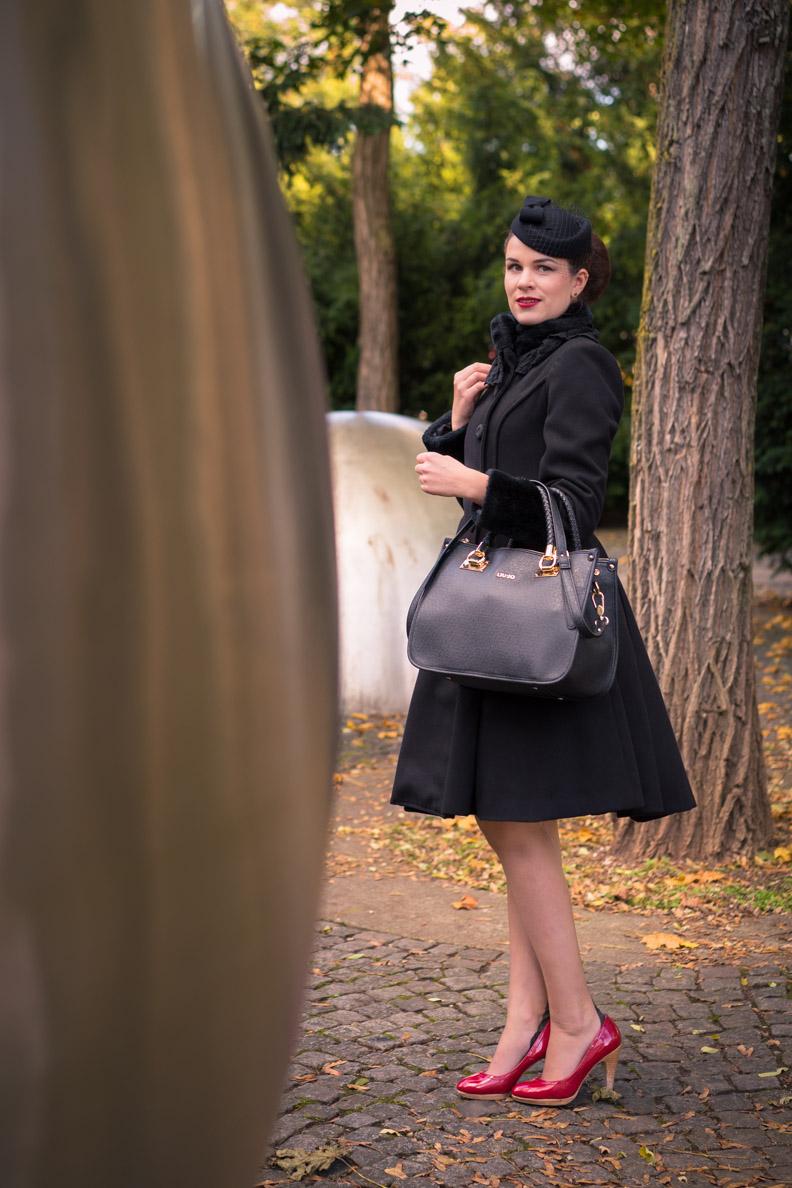 Sandra vom Vintage-Blog RetroCat mit schwarzem Mantel und Vintage-Accessoires