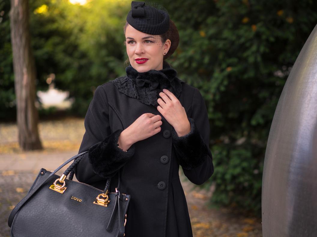 Fashion-Bloggerin RetroCat mit Mantel, Handtasche von Liu Jo und Hut
