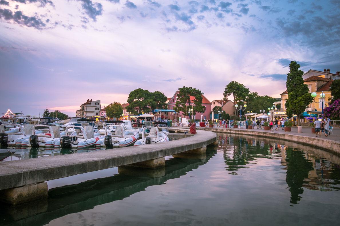 Der Hafen der kroatischen Stadt Biograd kurz vor Sonnenuntergang