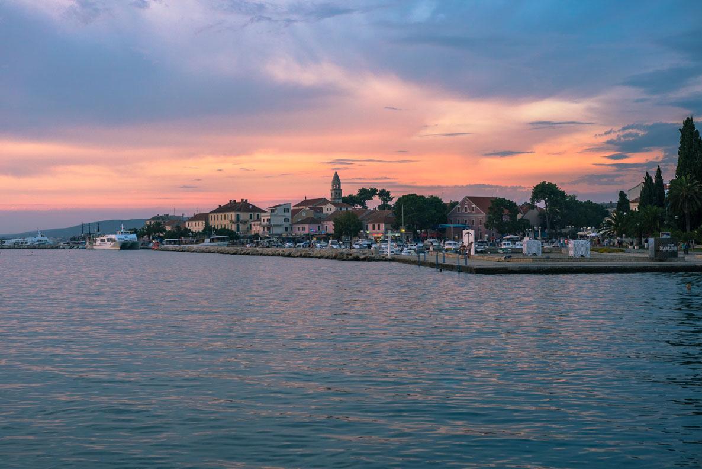 Die kroatische Küstenstadt Biograd na Moru kurz nach Sonnenuntergang
