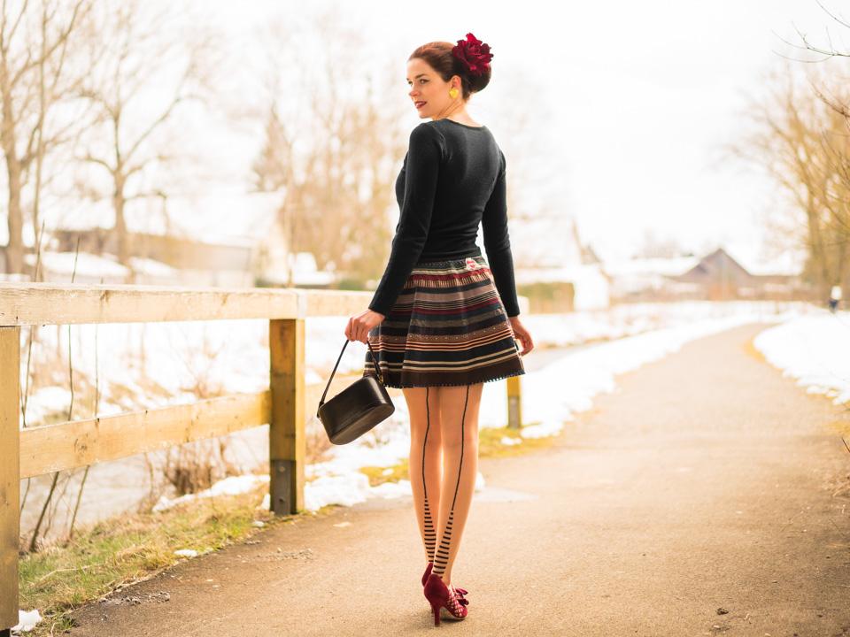 RetroCat mit dem Lena Hoschek Ribbon Skirt und einem Retro-Cardigan