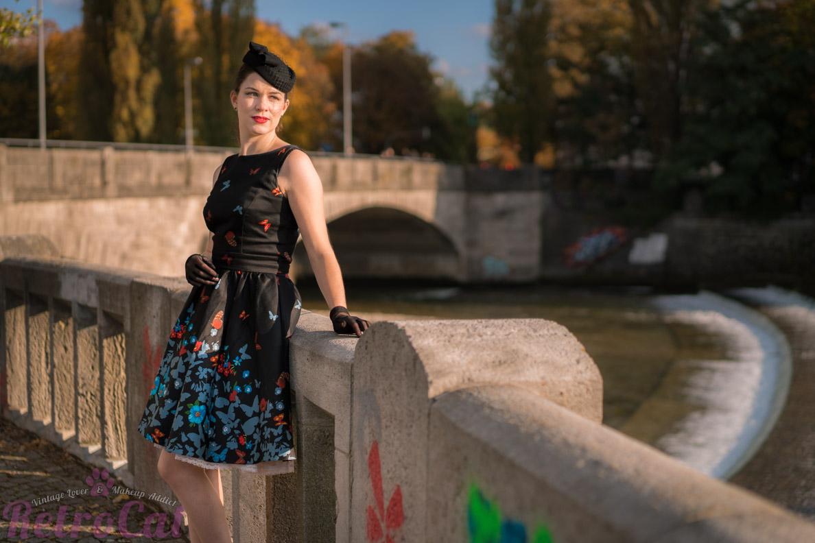 Vintage-Bloggerin RetroCat in einem 50er-Jahre-Kleid an der Isar