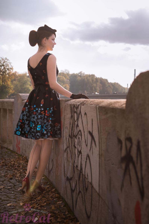RetroCat mit schwarzem Retro-Kleid und Nahtstrümpfen von Secrets in Lace