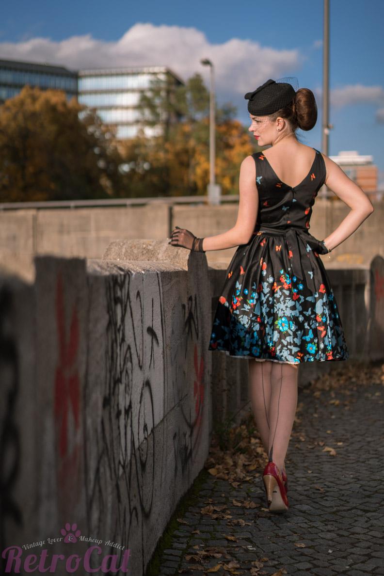 RetroCat mit einem Lady-V-London-Kleid und Nahtstrümpfen