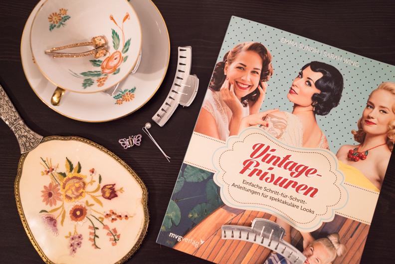 """Das Buch """"Vintage-Frisuren"""" und einige Haar-Werkzeuge"""