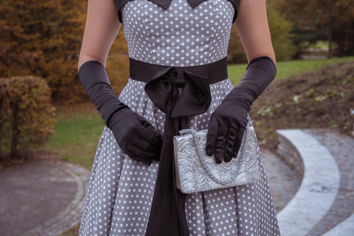 RetroCats Accessoires wie Handschuhe, Tasche und Schleife in der Detailansicht