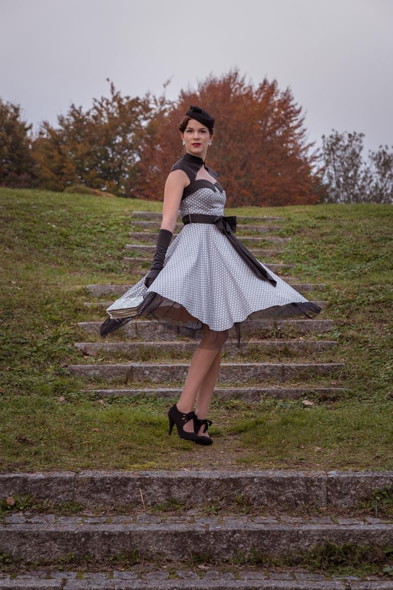 RetroCat in einem schwingenden Retro-Kleid von BlackButterfly
