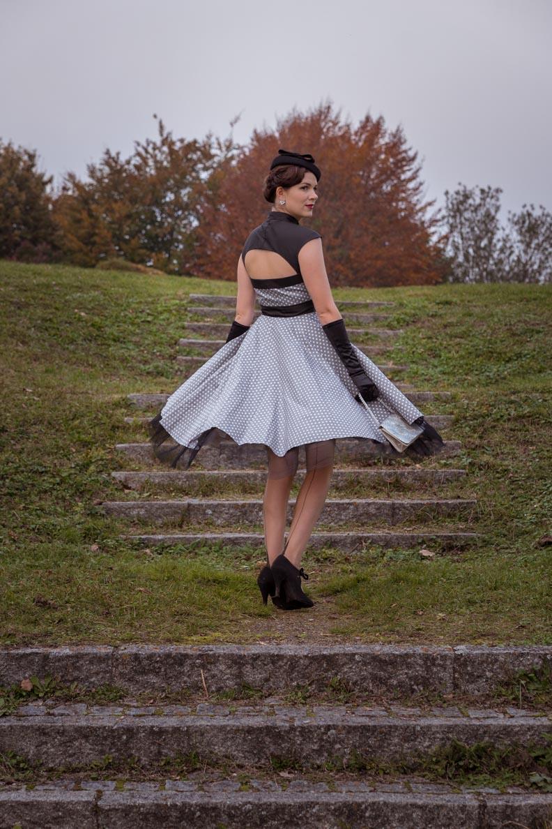 Sandra vom Vintage-Blog RetroCat beim Tanzen in einem Retro-Kleid