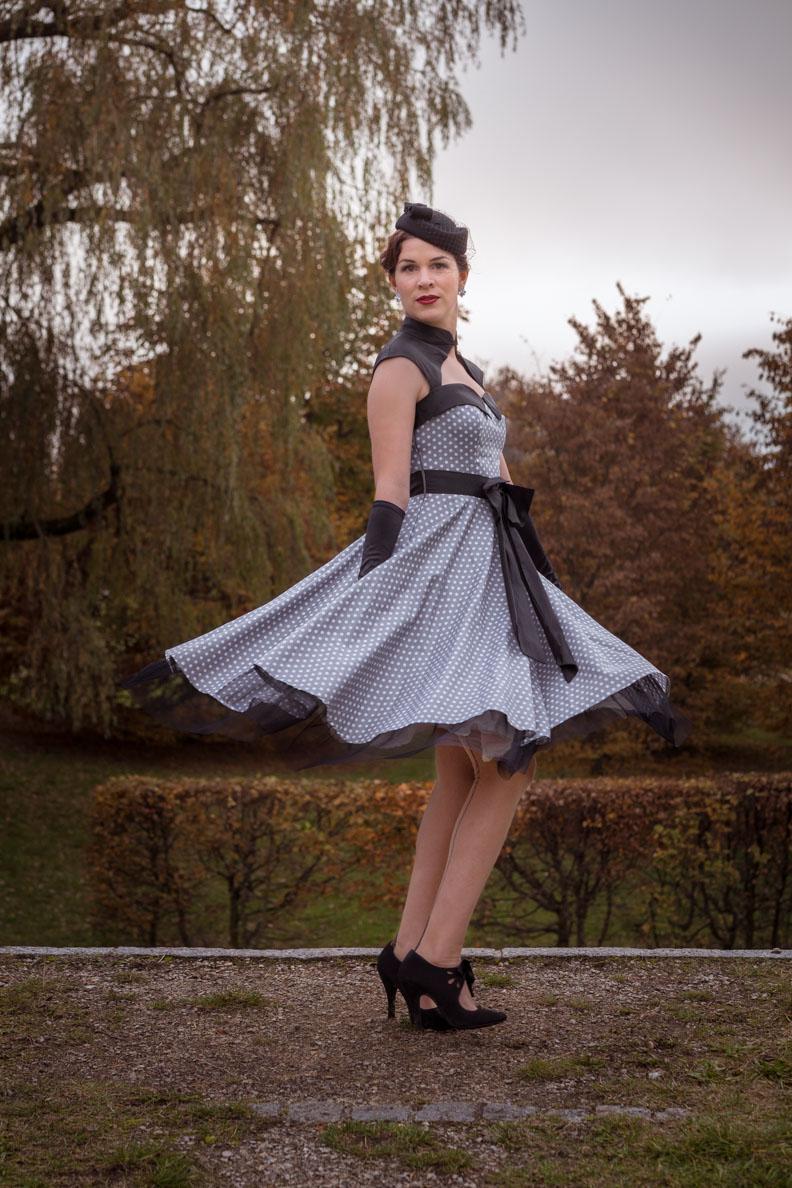 """Vintage-Bloggerin RetroCat im schwingenden Kleid """"Athena"""" von BlackButterfly"""