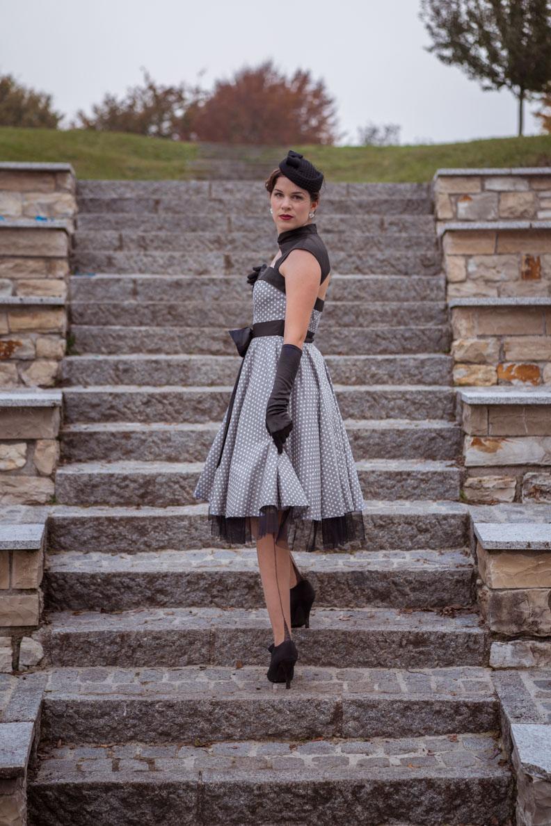 Vintage-Bloggerin RetroCat mit einem Kleid von BlackButterfly und Nylons von Secrets in Lace Europe