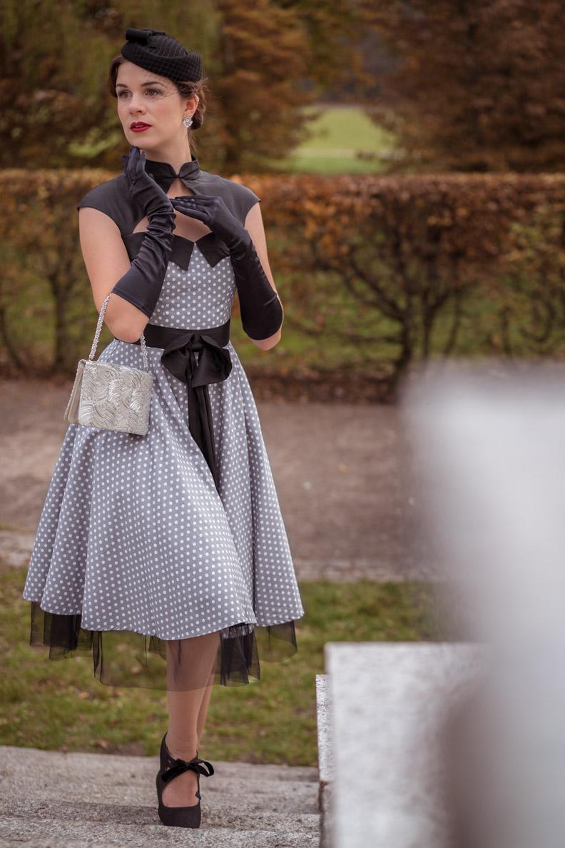 RetroCat in einem eleganten, grauen Kleid von BlackButterfly
