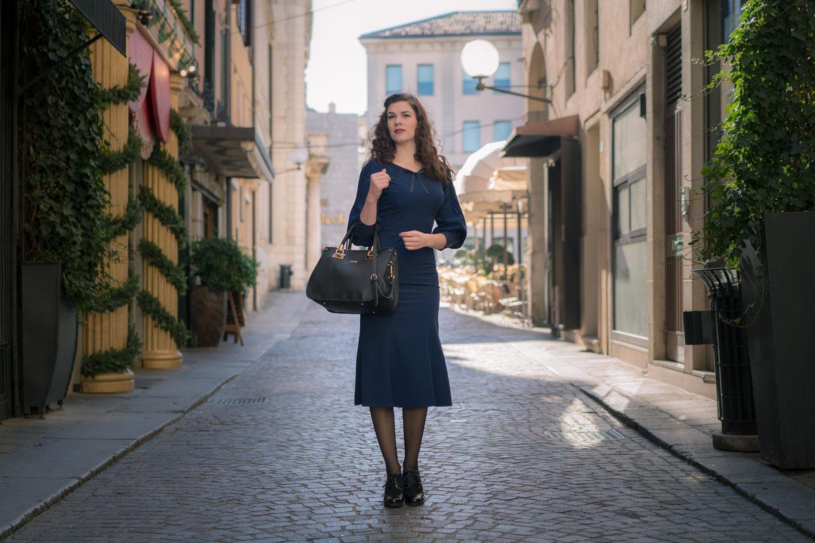 RetroCat in einem blauen Kleid im Stil der 30er-Jahre
