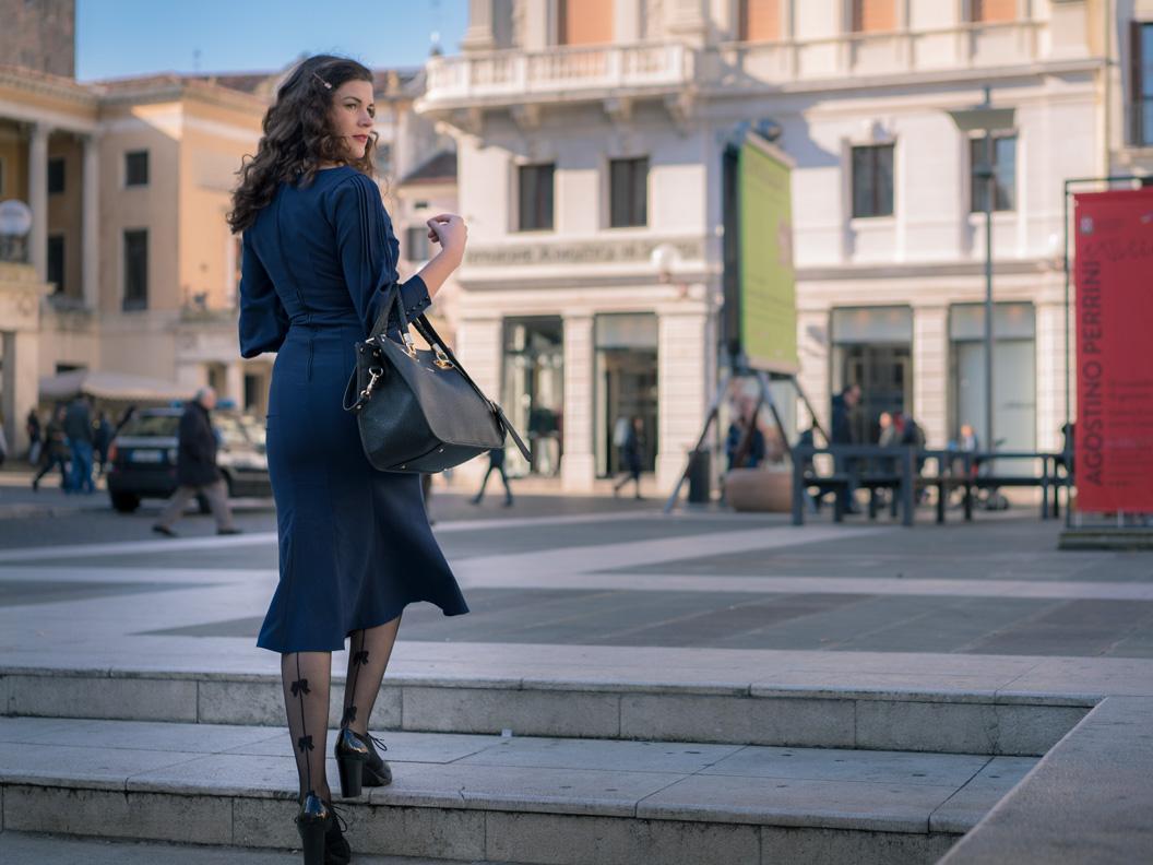 Vintage-Bloggerin RetroCat in einem blauen Winterkleid im Stil der 30er