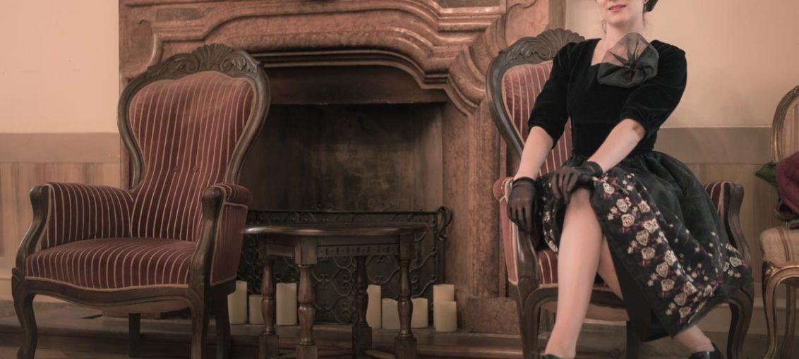 Im venezianischen Palazzo mit dem Ballroom Dress von Grünten Mode