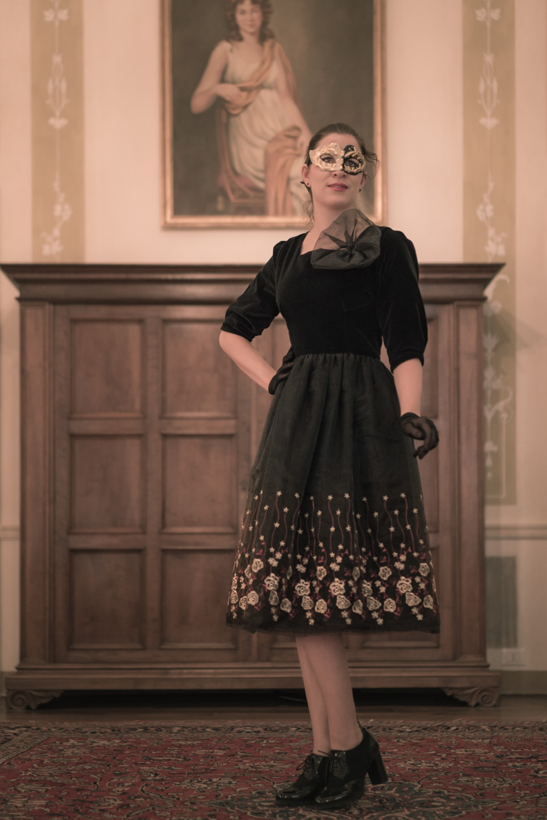 RetroCat in einem aufwändig bestickten 60er-Jahre-Kleid