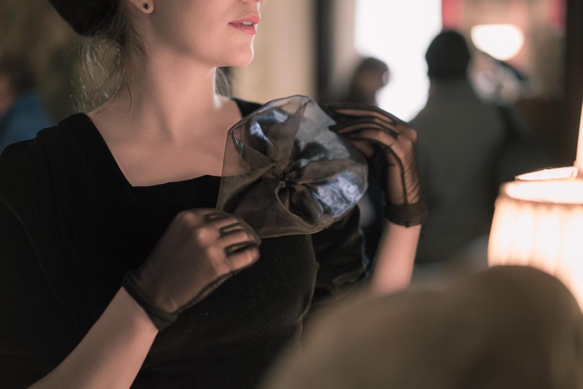 Vintage-Bloggerin RetroCat in einem Kleid mit Organza-Blume