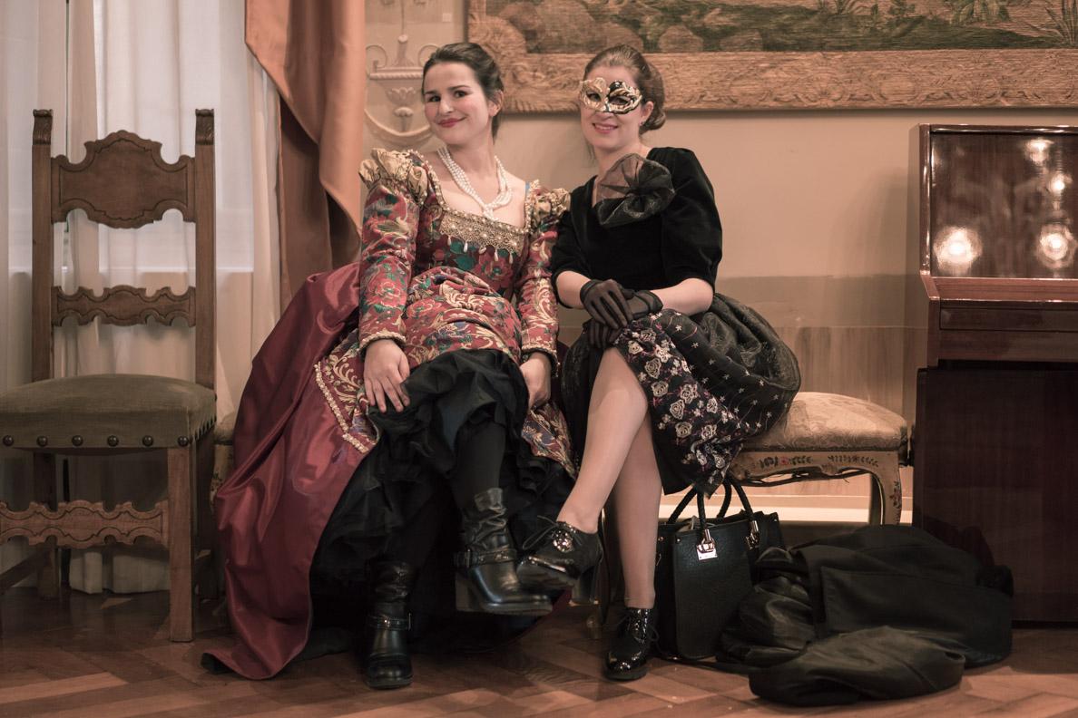 RetroCat und eine Venezianerin in eleganten Kostümen