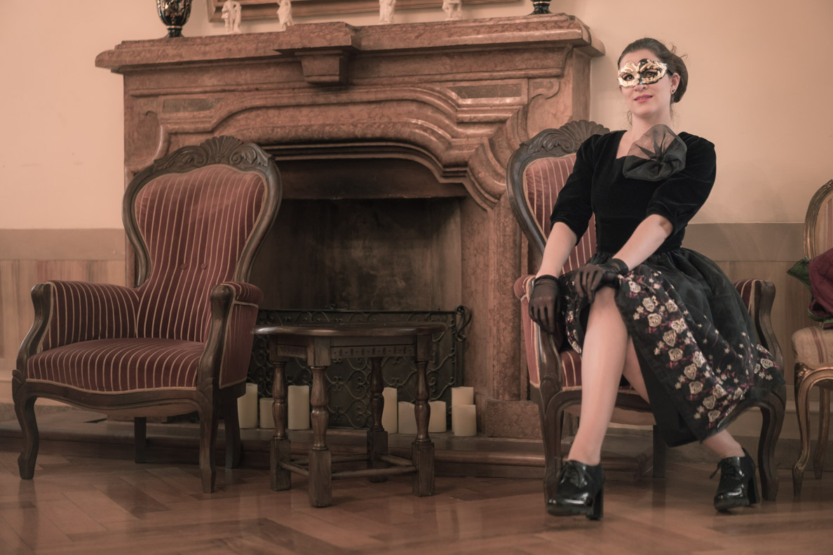 RetroCat in einem bestickten Kleid von Grünten Mode