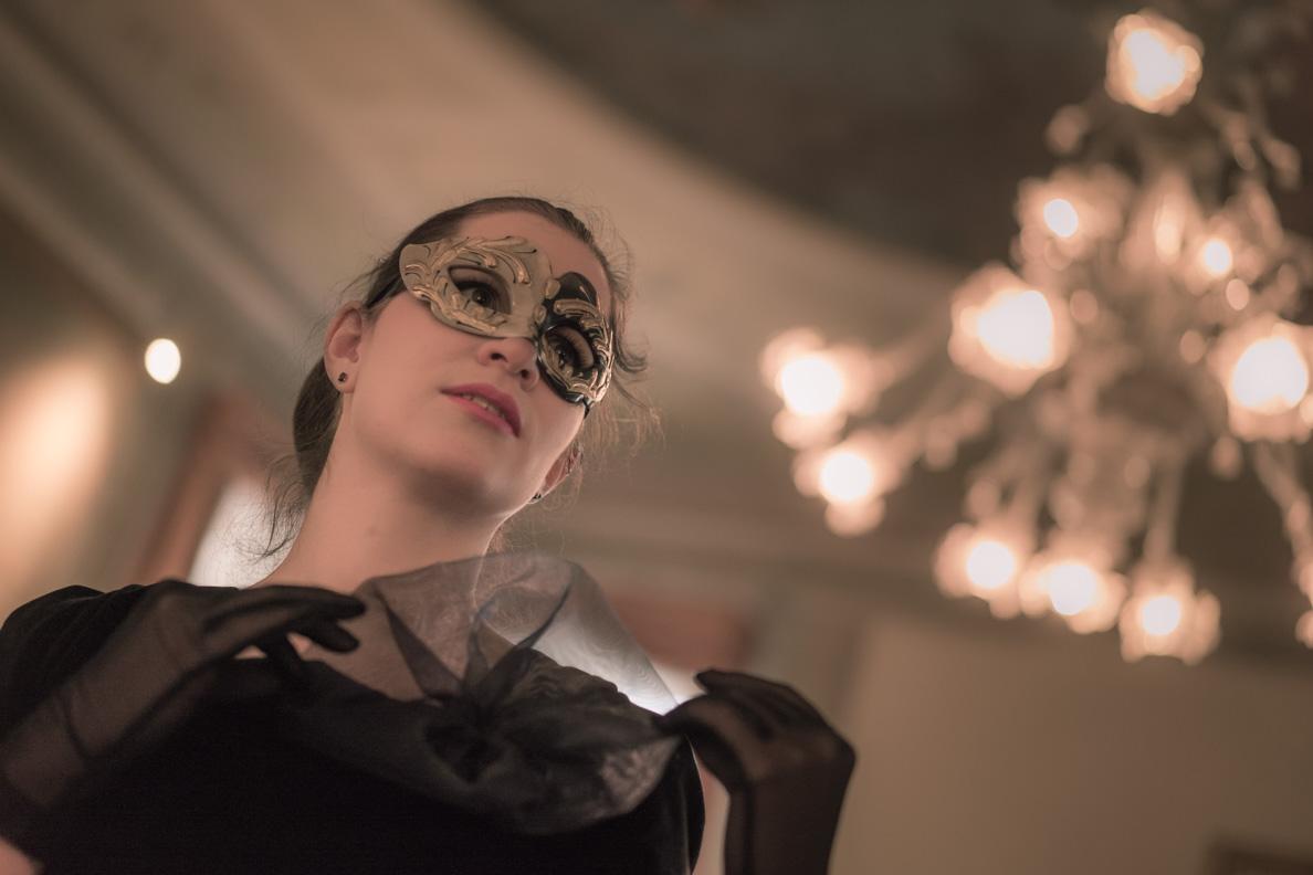 RetroCat mit einer glamourösen venezianischen Maske in einem Palazzo