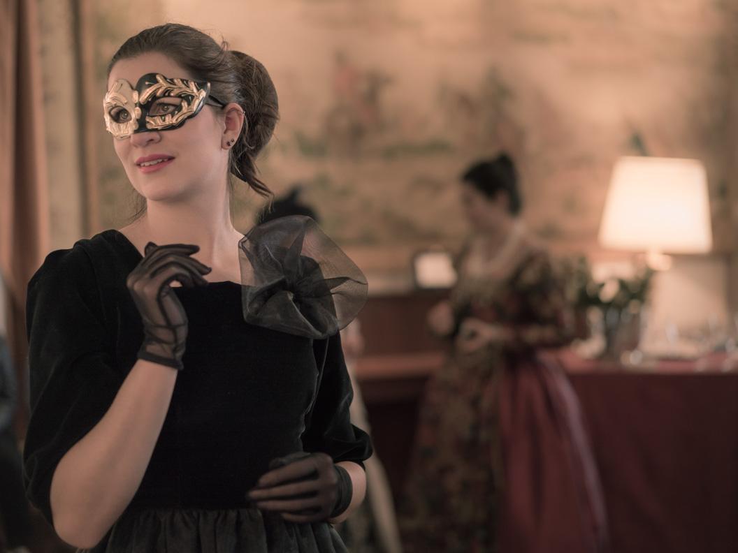 RetroCat mit glamourösen Kleid, Handschuhen und Maske