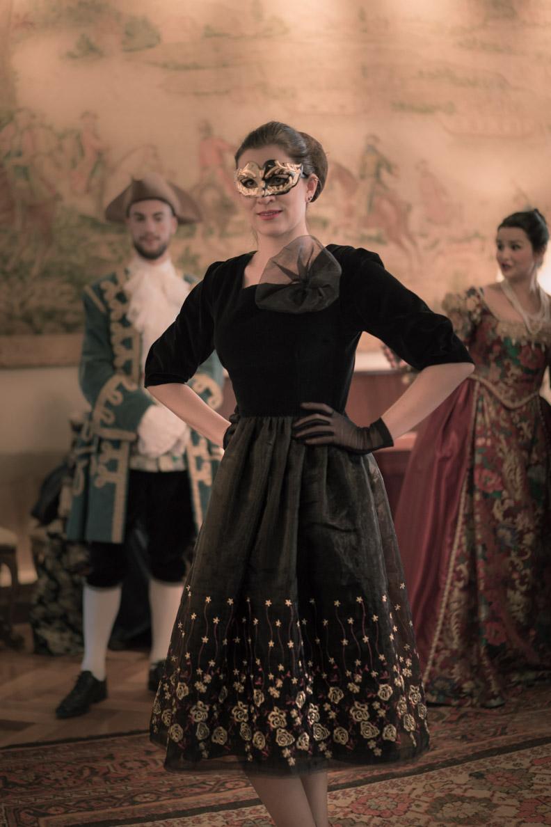 RetroCat mit dem Ballroom Dress und venezianischer Maske