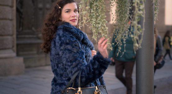 Falsches Fell und coole Farbe: eine blaue Jacke für den Winter