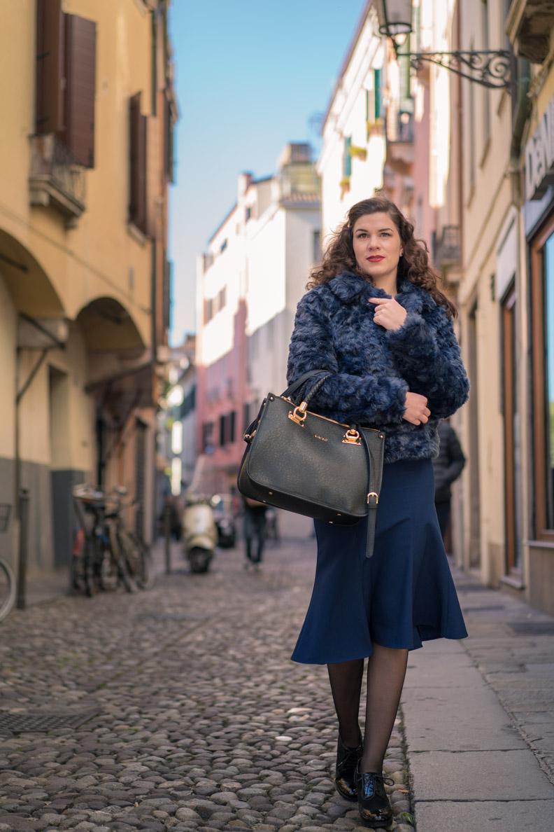 RetroCat mit einer blauen Fake-Fur-Jacke in Padua