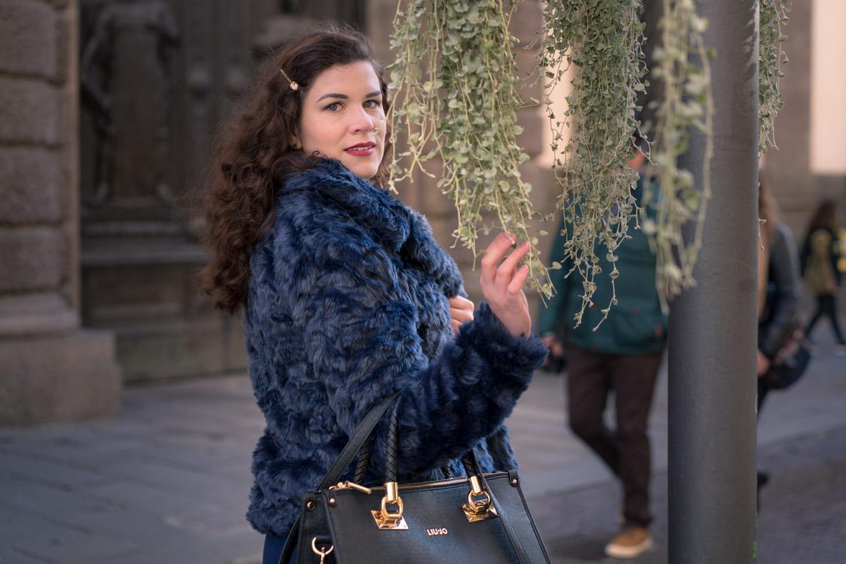 RetroCat mit warmer Winterjacke und eleganter Handtasche
