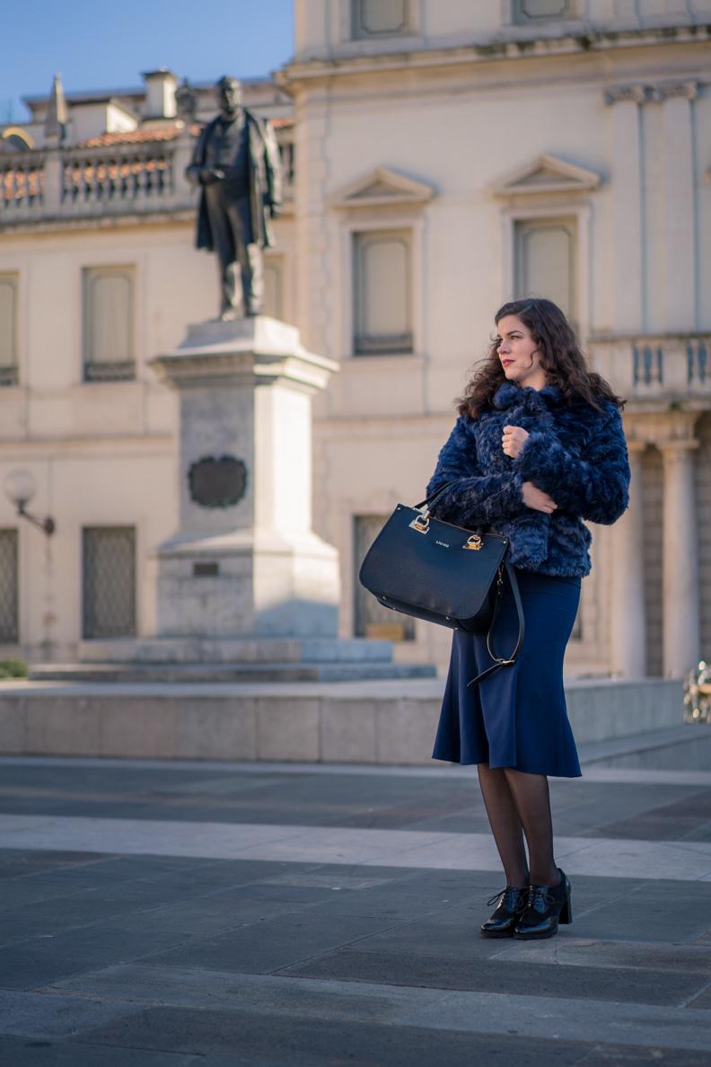 RetroCat mit blauer Jacke und Stop-Staring-Kleid in Padua