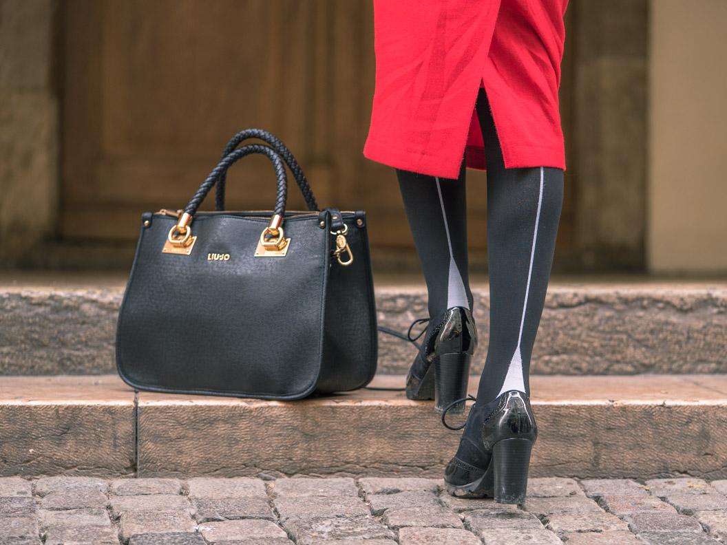 RetroCat mit einer Strumpfhose von Chantal Thomass, Booties und großer Handtasche von Liu Jo