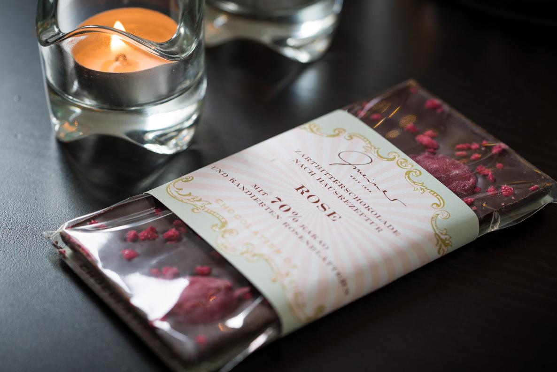 Dunkle Schokolade mit kandierten Rosenblättern