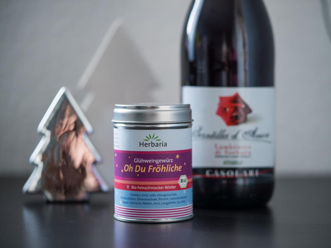 Glühweinpulver und Rotwein für einen gemütlichen Abend zu Hause