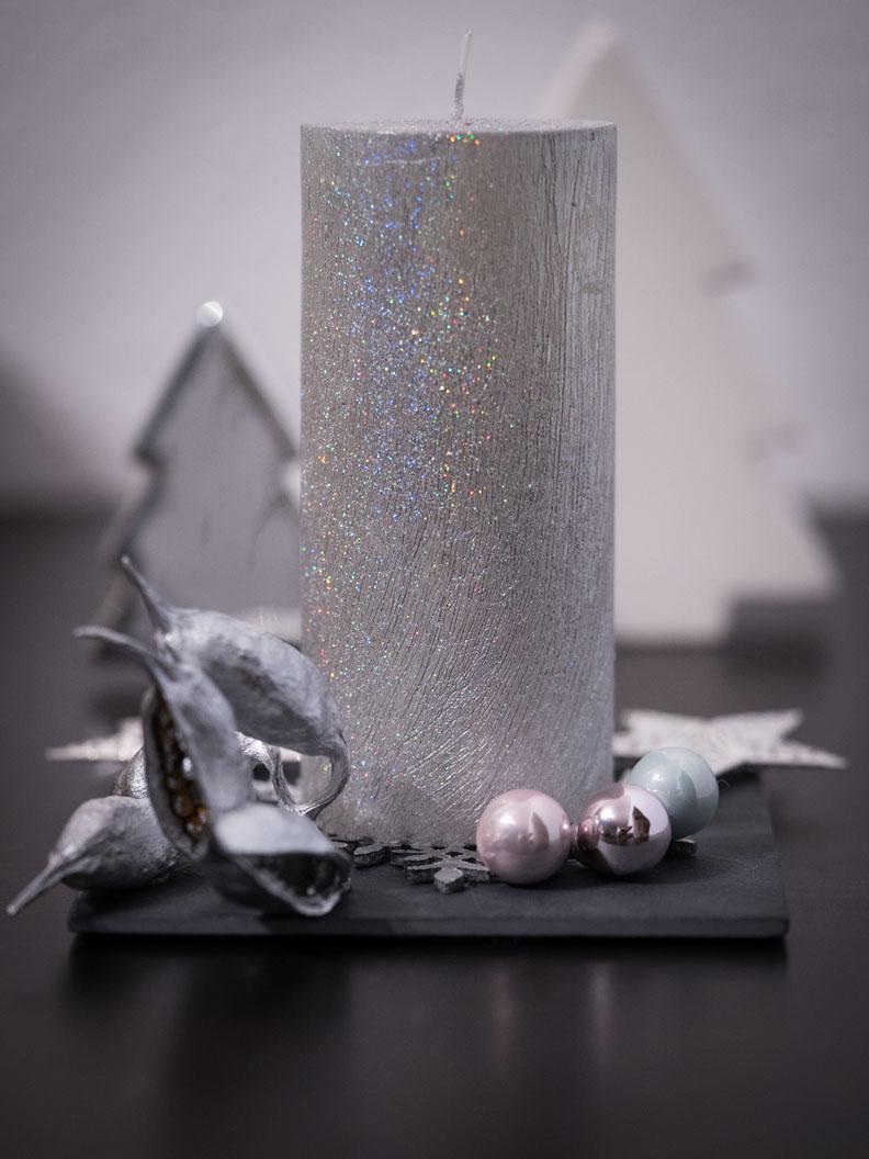 Ein Weihnachtsgesteck mit silberner Kerze