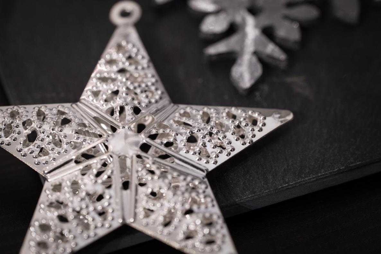 Silberne Deko-Sterne für Weihnachten