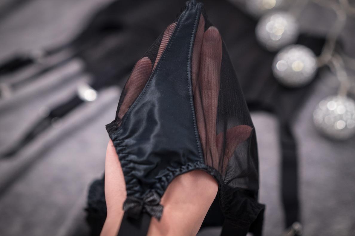 Der Lolita Strumpfgürtel mit Nylon- und Satin-Details