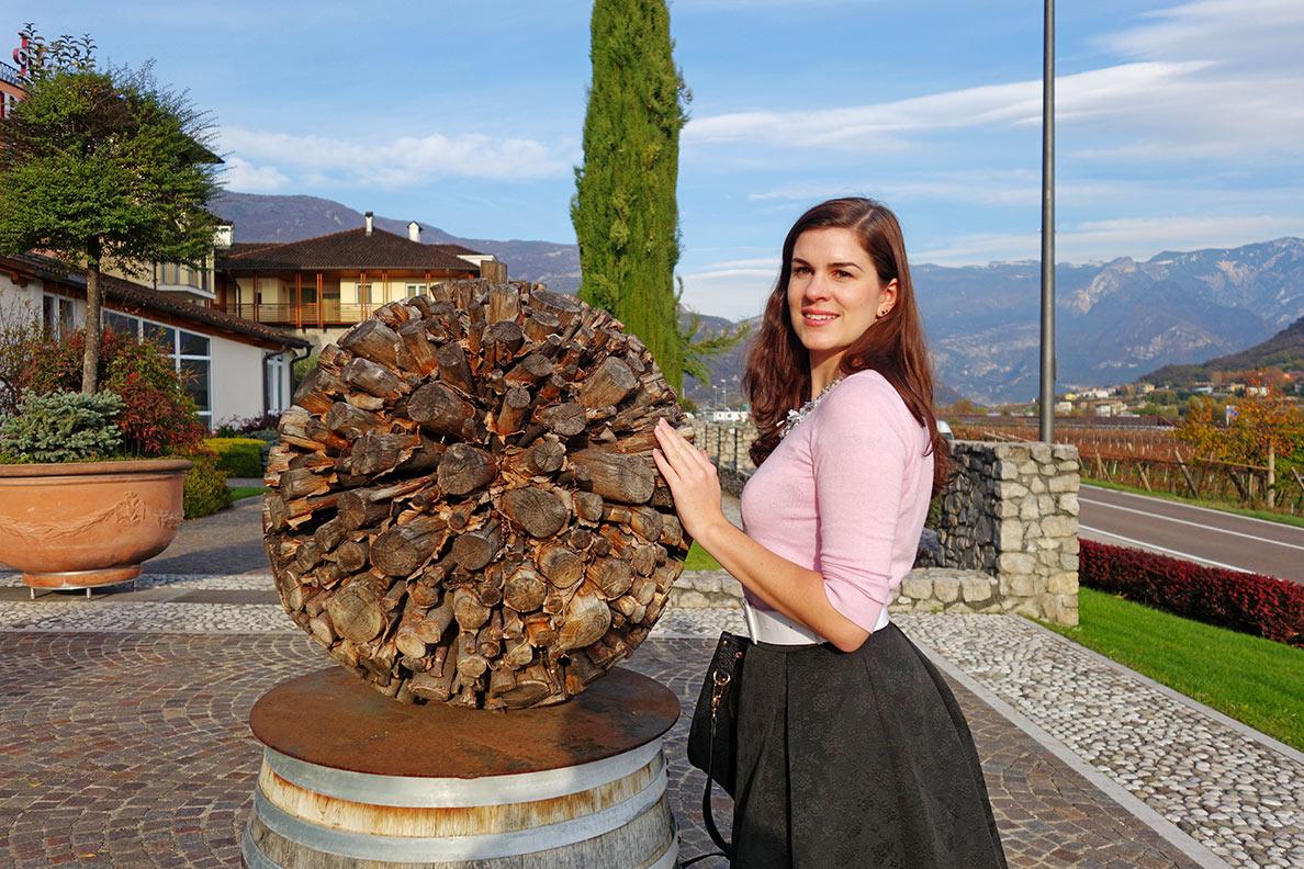 RetroCat in einem bequemen Reiseoutfit im Trentino