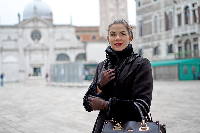 RetroCat mit Mantel und Handschuhen in Venedig
