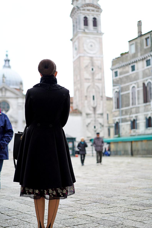 RetroCat mit Mantel und Nahtstrümpfen in Venedig