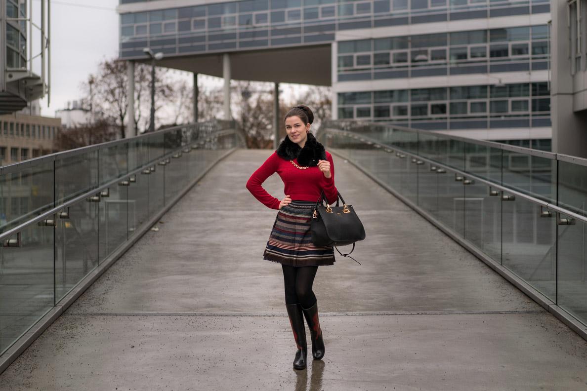 RetroCat mit einem Bänderrock von Lena Hoschek und rotem Pullover
