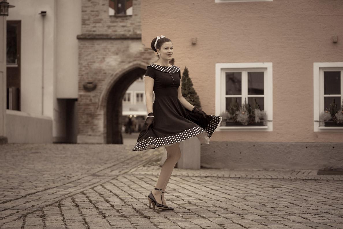 RetroCat in einem schwingenden Kleid von BlackButterfly beim Tanzen