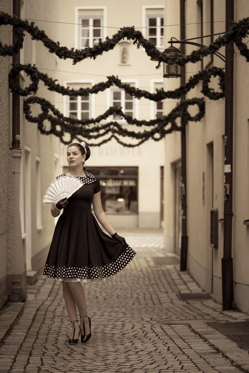 Vintage-Bloggerin RetroCat in einem schwarz-weißen Kleid im Stil der 50er