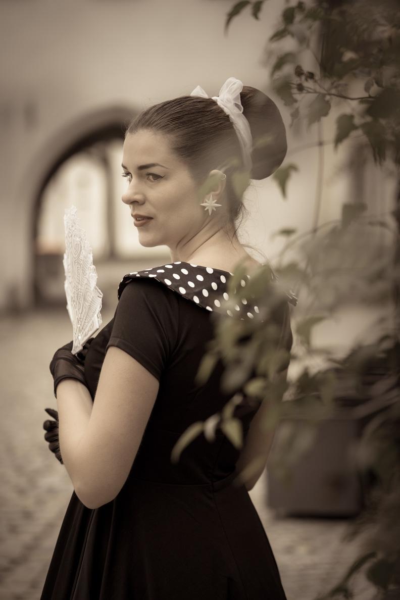 RetroCat in einem 50er-Jahre-Kleid mit hübschem Kragen