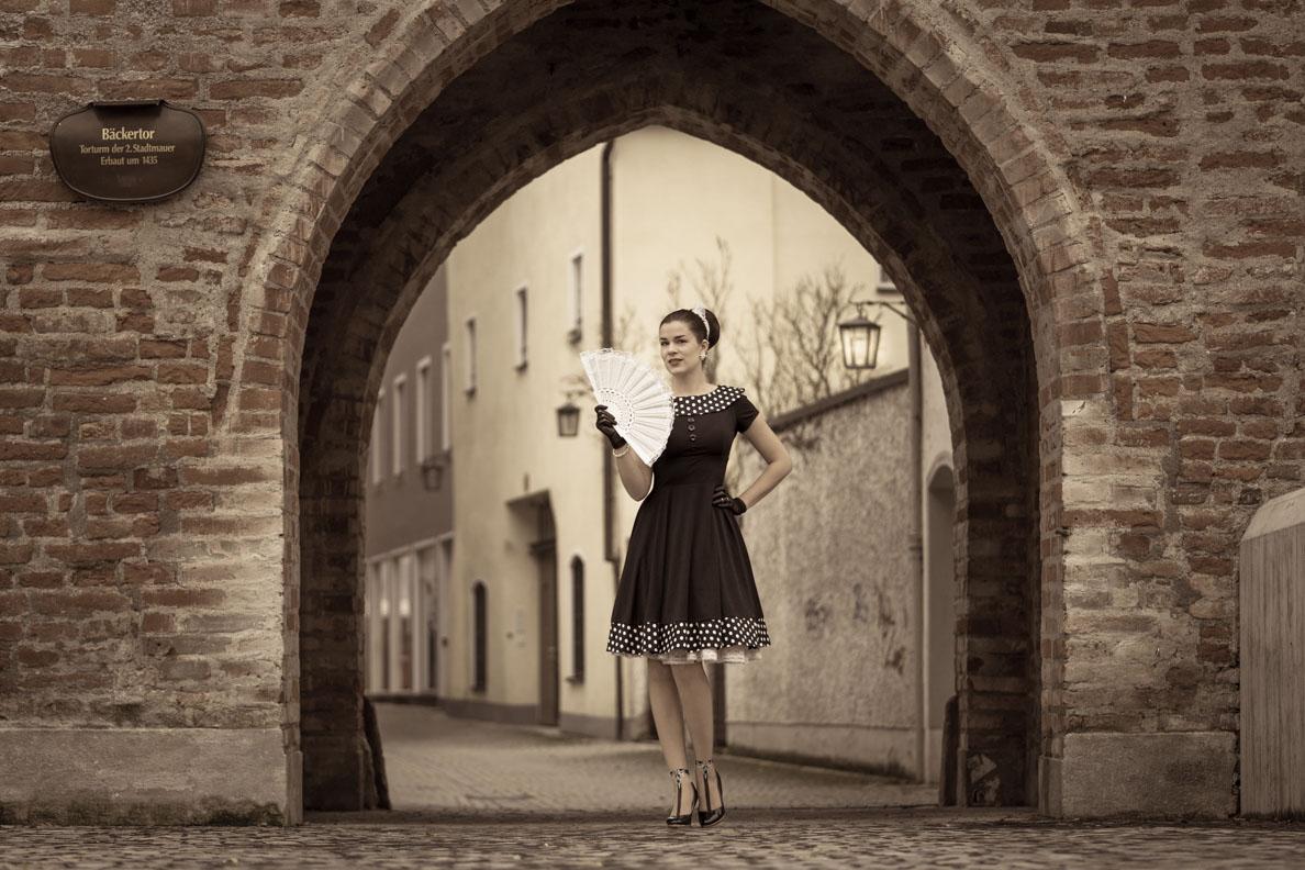 Sandra vom Vintage-Blog RetroCat in einem klassischen Kleid von BlackButterfly