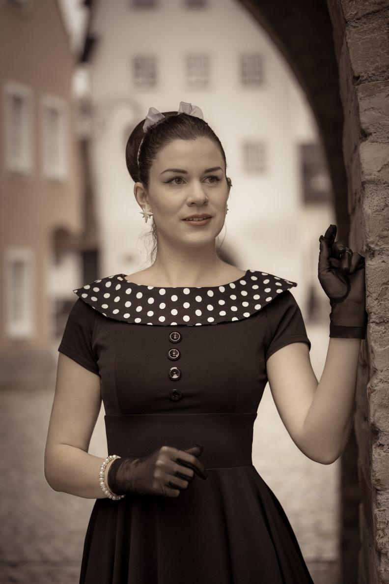 RetroCat in einem Retro-Kleid mit Polka-Dots am Kragen