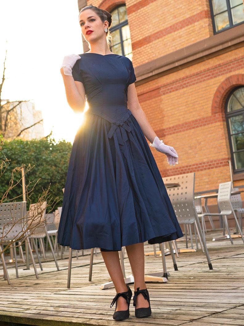 Sandra vom Vintage-Blog RetroCat in einem Vintage-Kleid aus den 50ern