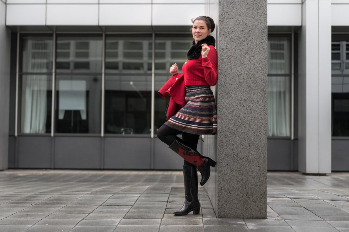 RetroCat mit rotem Lena-Hoschek-Sweater, Ribbon Skirt und Gummistiefeln