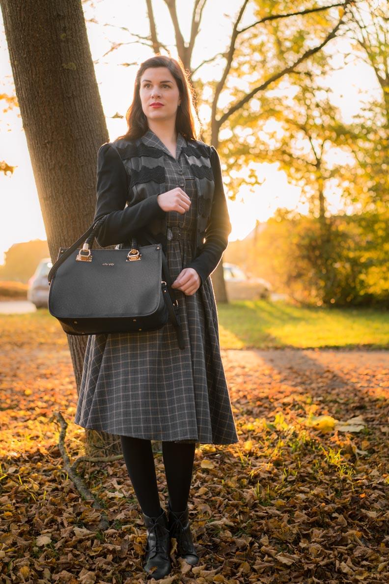 RetroCat mit einem Winter-Kleid und passender Jacke im Vintage-Stil
