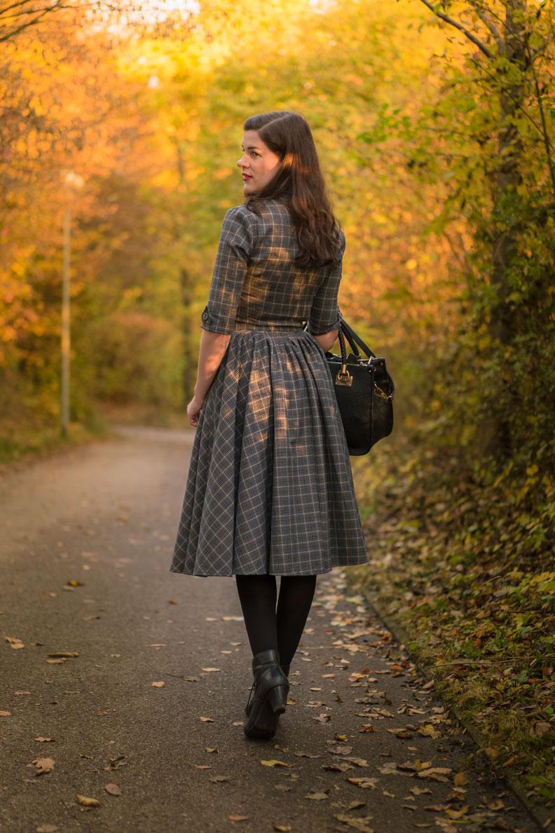 RetroCat mit einem Kleid von Idda van Munster und warmen Strumpfhosen